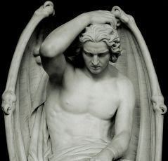 Estátua de um anjo com asas de demônio