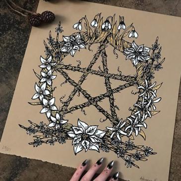 Ilustração de um pentagrama, simbolo relacionado à bruxaria e feitiçaria, com flores em volta