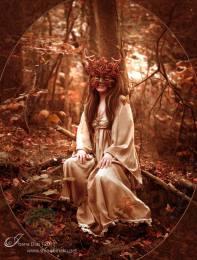 Mulher com máscara de folhas como a Deusa Druantia