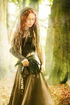 Foto de mulher celta na natureza