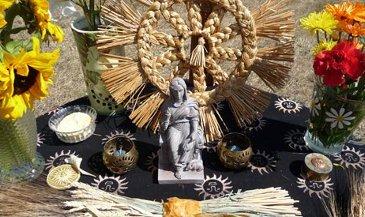 Altar de Lammas com flores e trigo