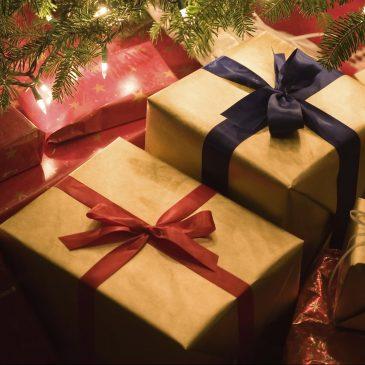 Caixas de presentes embaixo de uma árvore